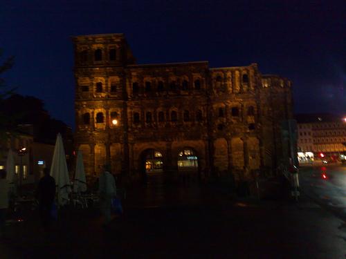 Die Porta Nigra bei Nacht (Trier)
